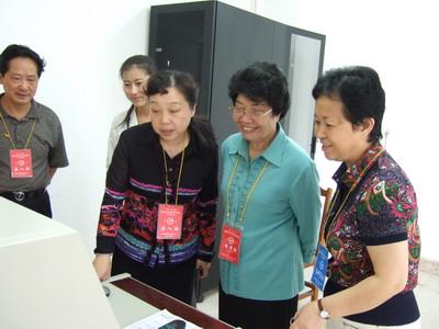省人大副主任司徒桂美(右二)视察高考评卷工作